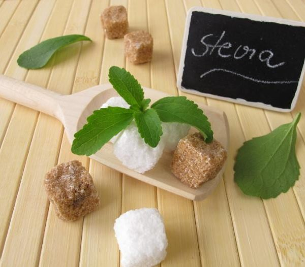 stevia-leaves-and-sugar-cubes