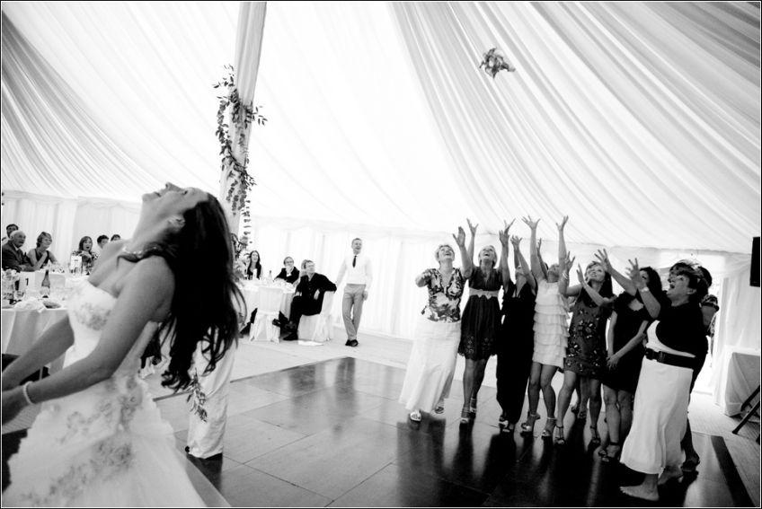 Zašto u suštini mladenke bacaju buket na vjenčanju?