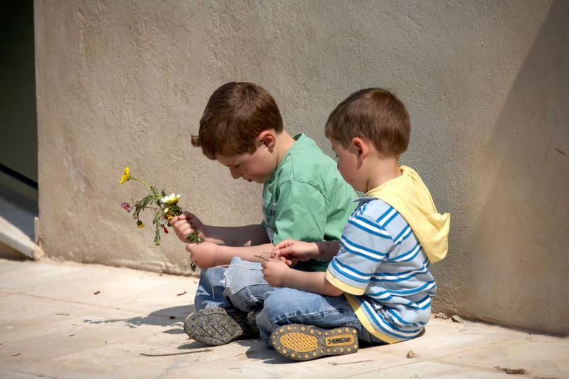 Majka više voli cvijeće nego brata i mene