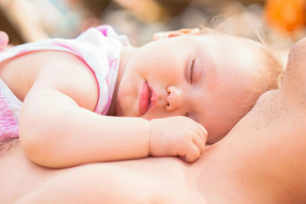 Upozorenje doktora na kobnu naviku koju imaju mnogi roditelji: Nikada ne spavajte ovako sa bebom!