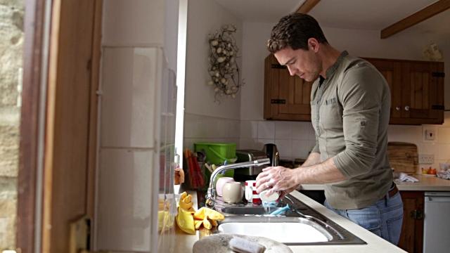 Muškarac donosi pare u kuću, a tvoje je da pereš suđe