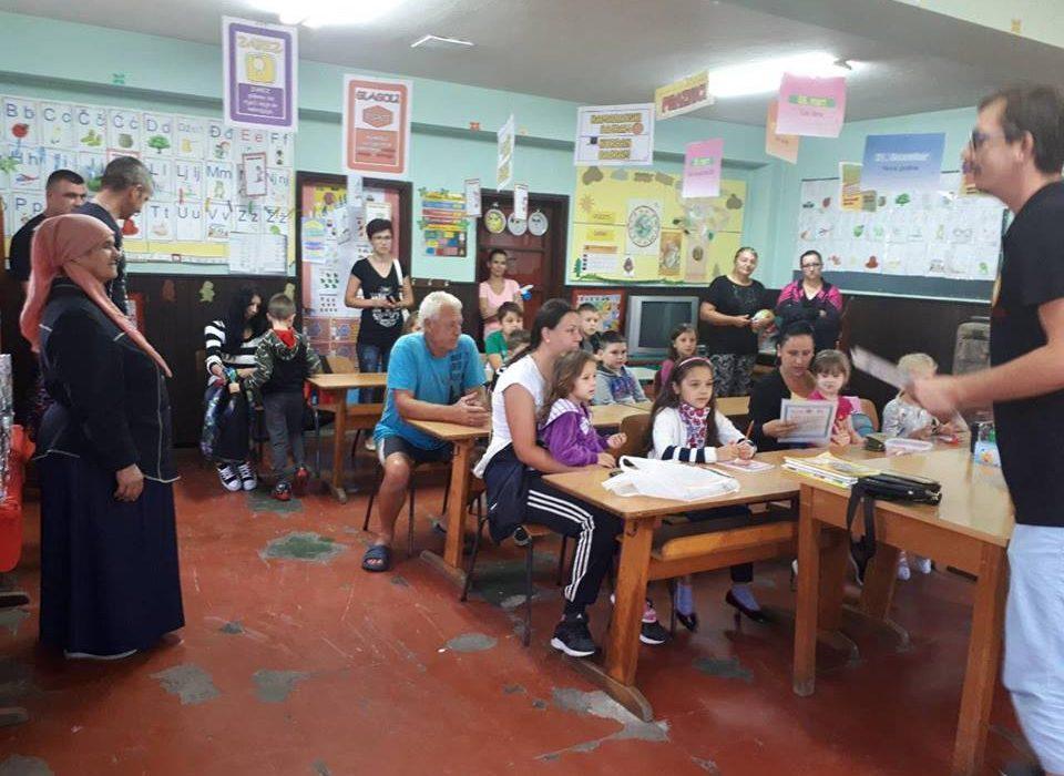 Članovi Rotaract-a učenicima iz Bokavića i Šikulja uručili ruksake sa školskim priborom