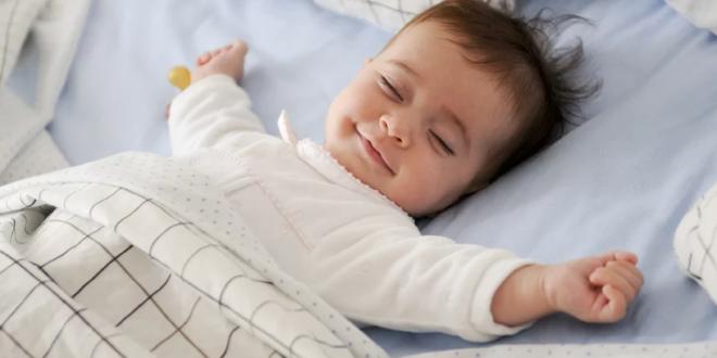 Mama otkrila trik uz pomoć kojeg njena beba spava čak i kada ona ustane