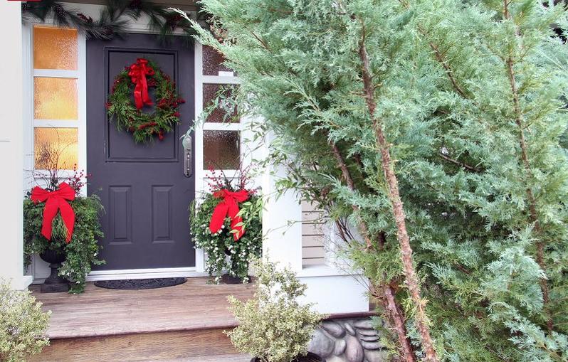 Pet ideja za ukrašavanje ulaznih vrata za božićne i novogodišnje praznike