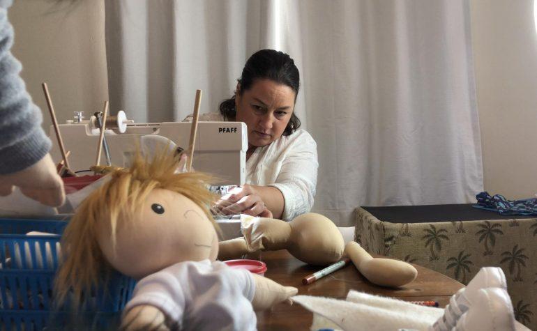 Ova žena izrađuje lutke za oboljelu djecu – svaka liči na mališana kojem je namijenjena!