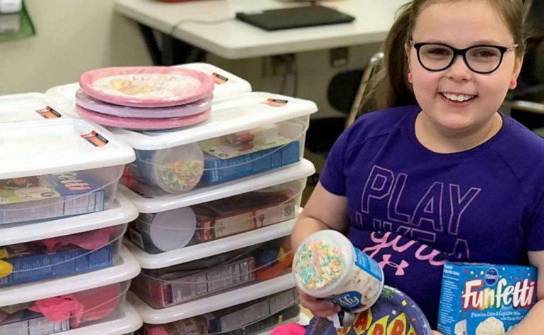 Djevojčica pravi rođendanske pakete za klince koji to sebi ne mogu da priušte