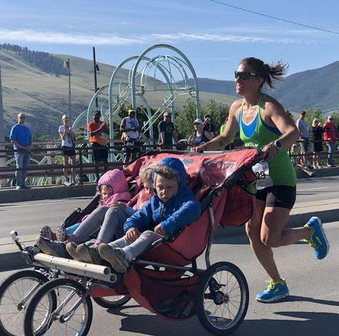 Majka istrčala maraton gurajući troje djece u kolicima!