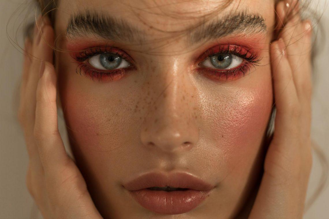 Make-up trendovi za zimu bacaju fokus na oči, a postići ćete ih uz ova četiri jednostavna trika